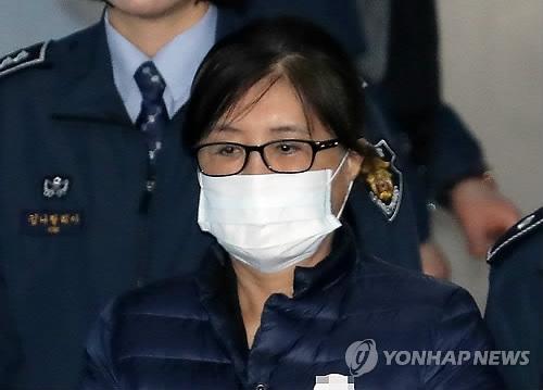 12月20日,在首尔高等法院,崔顺实出庭作证。(韩联社)