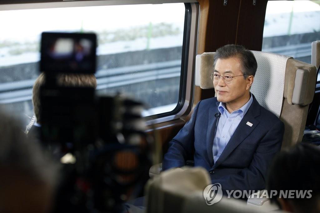 12月19日,在韩国京江线高铁(KTX)列车上,文在寅接受NBC电视台采访。(韩联社/青瓦台提供)