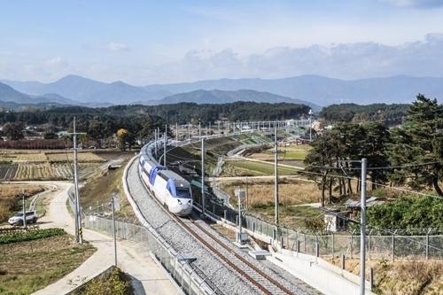 资料图片:连接首尔和冬奥会赛地的京江线高铁(韩联社/KORAIL提供)