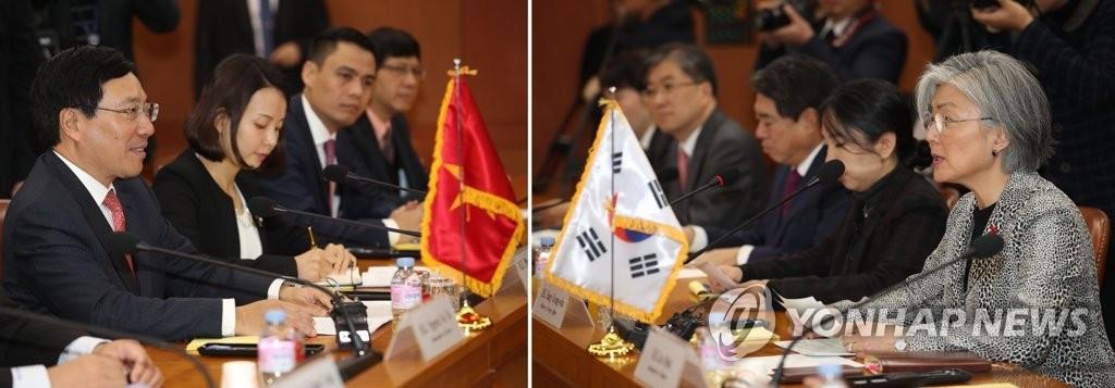 12月21日,在首尔外交部大楼,韩国外交部长官康京和(右一)同越南副总理兼外长范平明举行韩越外长会谈。(韩联社)