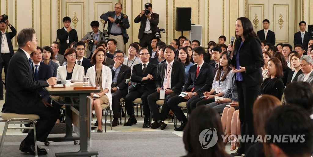 资料图片:8月17日,韩国总统文在寅举行就职百日记者会,接受外媒采访。(韩联社)