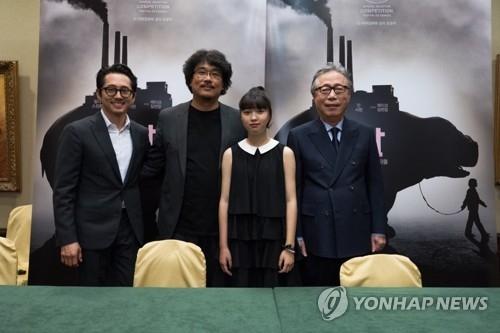 韩片《玉子》导演奉俊昊(左二)和主演们合影。(韩联社)