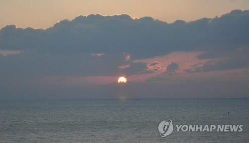资料图片:2017年1月1日,独岛迎来新年第一缕阳光。(韩联社/庆北地方警察厅提供)