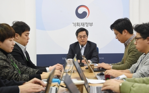 12月22日,韩国财长金东兖(中)与企划财政部跑口记者团座谈。(韩联社/企划财政部提供)