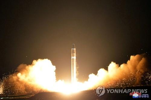 """资料图片:11月29日,朝鲜试射""""火星-15""""型弹道导弹。图片仅限韩国国内使用,严禁转载复制。(韩联社/朝鲜《劳动新闻》)"""