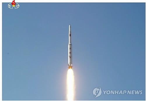 """资料图片:这是朝鲜中央电视台2016年2月7日报道中出现的""""光明星4号""""地球观测卫星发射现场照。图片仅限韩国国内使用,严禁转载复制。(韩联社/朝鲜中央电视台)"""