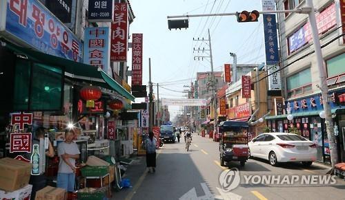 资料图片:首尔市广津区的中国美食街(韩联社)