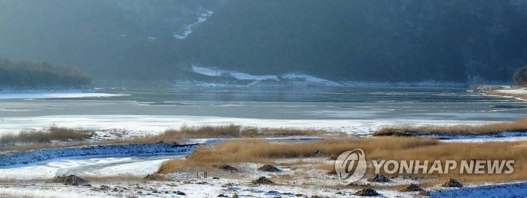 资料图片:结冰的麟蹄冰鱼湖(韩联社)
