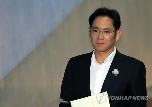 资料图片:12月22日,在首尔高等法院,三星电子副会长李在镕走向法庭。(韩联社)