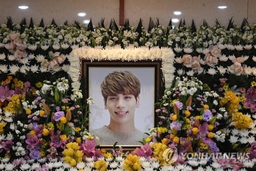 资料图片:12月19日上午,在首尔市峨山医院,韩国男团SHINee成员金钟铉的遗像安放在灵堂内。(韩联社)
