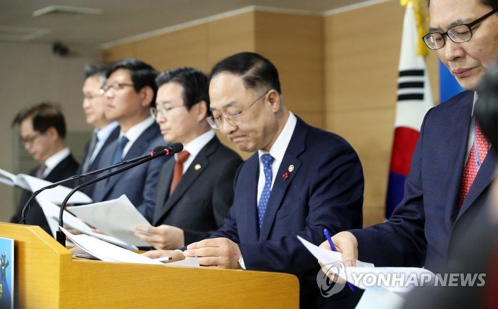 12月28日,在中央政府首尔办公楼,国务调整室长洪楠基(右二)公布虚拟货币相关部门次官会议结果。(韩联社)