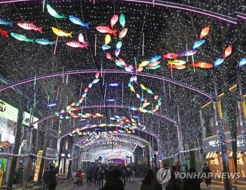资料图片:12月23日,在华川山鳟鱼庆典现场,悬挂数万盏鳟鱼灯的仙灯大街亮起。(韩联社)