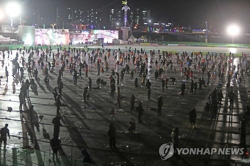 资料图片:2017华川山鳟鱼庆典夜间垂钓现场。(韩联社)
