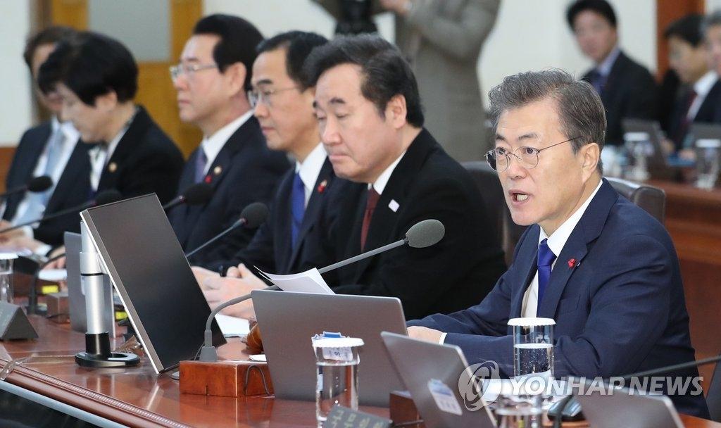 1月2日,在青瓦台,总统文在寅(右一)主持国务会议。(韩联社)