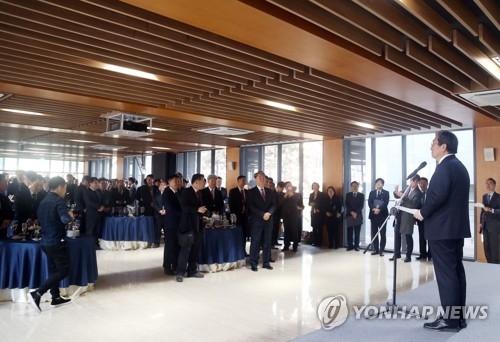 1月2日,在韩国驻华使馆,韩国驻华大使卢英敏(右)在新年招待会上致辞。(韩联社)