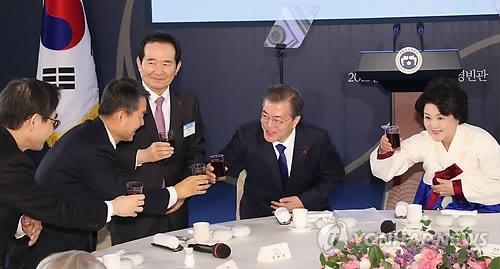 1月2日,在青瓦台迎宾馆,总统文在寅及夫人金正淑在新年会上与来宾干杯。(韩联社)