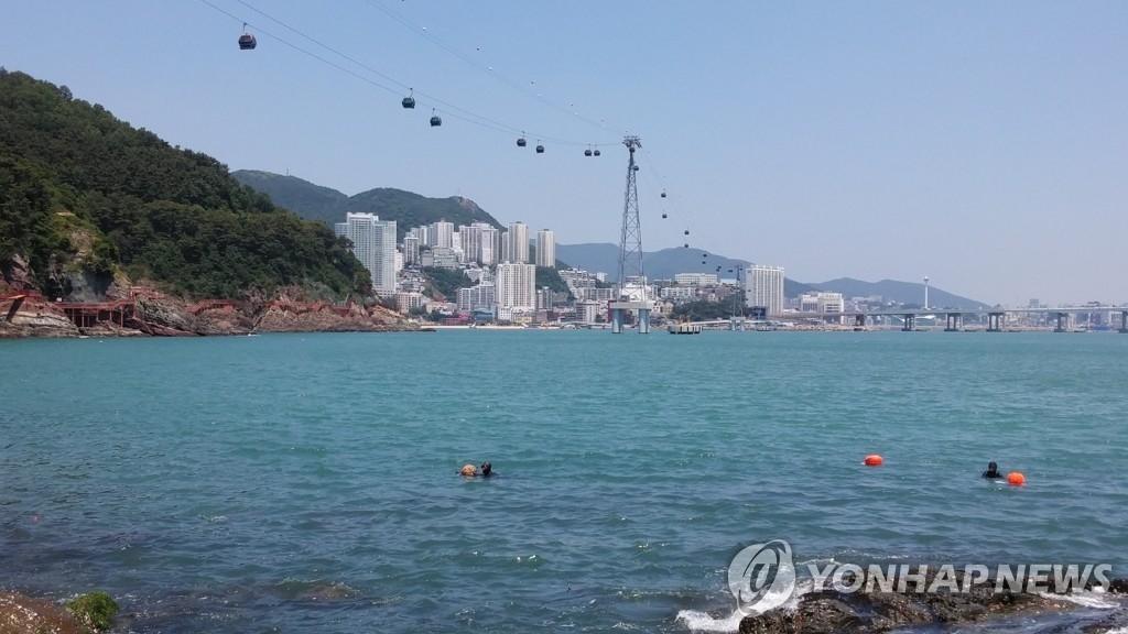 资料图片:釜山松岛海上缆车(韩联社)