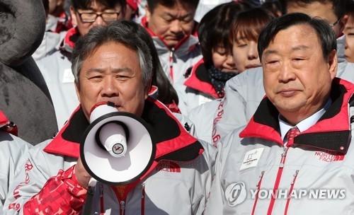 1月3日上午,在江原道平昌郡,李起兴在平昌奥组委新年誓师大会上发言。站在右侧的是李熙范。(韩联社)