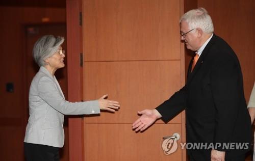 资料图片:韩外长康京和(左)与美国务卿蒂勒森(右)(韩联社)