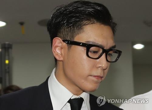 资料图片:2017年7月20日,在首尔中央地方法院,因涉嫌吸大麻而被检方不捕直诉的男团BIGBANG成员T.O.P出庭。(韩联社)