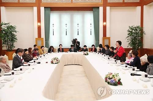1月4日,在青瓦台,韩国总统文在寅(左二)与受害的日军慰安妇共进午餐。(韩联社)