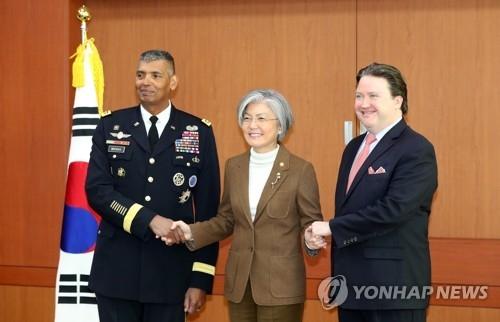 1月4日上午,在韩国外交部,外长康京和(中)接见了美国驻韩临时代办马克·纳珀(右)和驻韩美军司令文森特·布鲁克斯。(韩联社)