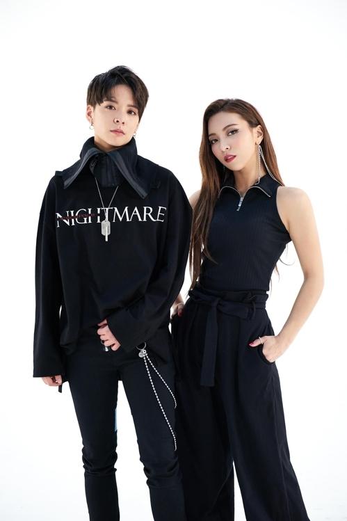 女团f(x)成员Amber(左)和Luna(韩联社/SM娱乐提供)