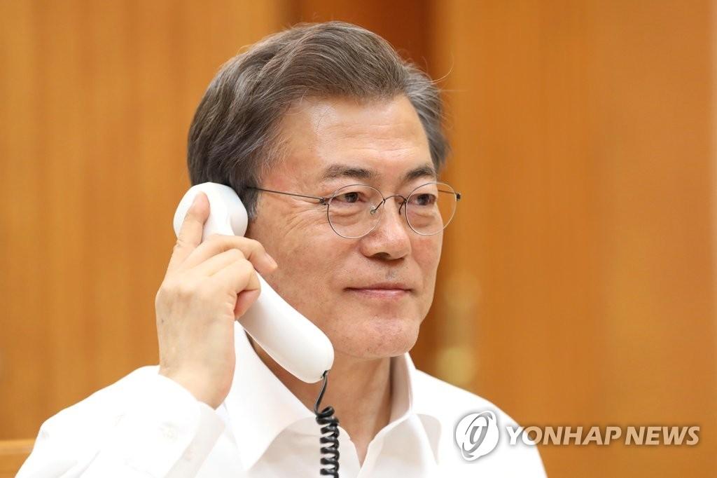 1月4日晚,在青瓦台,韩国总统文在寅和美国总统特朗普通电话。双方商定在平昌冬奥会期间不实施韩美联合军演。(韩联社/青瓦台提供)