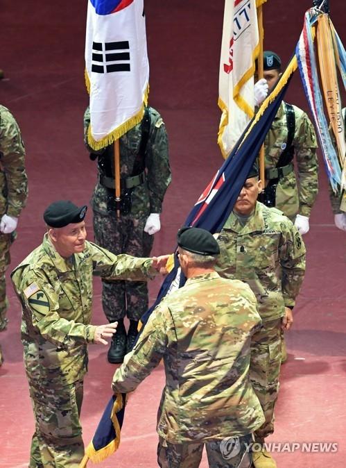 1月5日上午,在驻韩美军平泽基地,比尔斯(左)接过美国第八集团军旗。(韩联社)