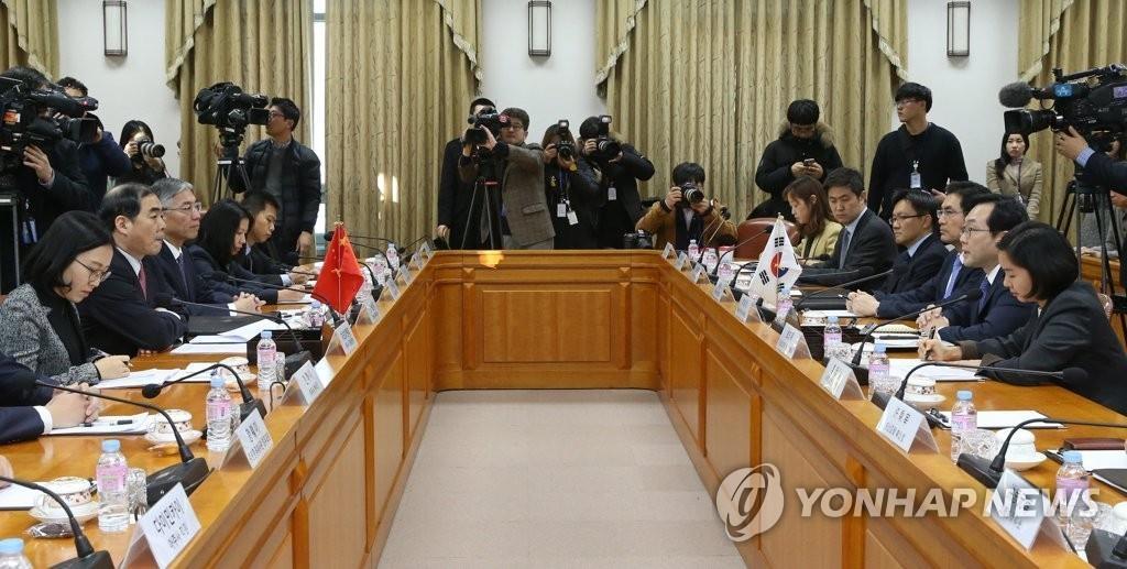 1月5日,在首尔外交部办公大楼,朝核六方会谈韩中团长举行会谈。图为会议现场。(韩联社)