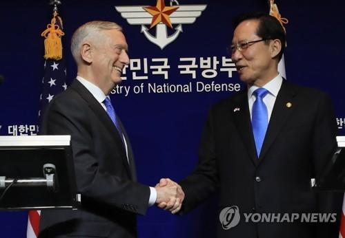 资料图片:韩美防长亲切握手。(韩联社)