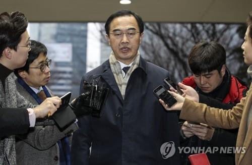 1月8日上午,韩国统一部长官赵明均(居中)上班时接受媒体记者采访。(韩联社)