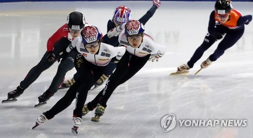 资料图片:2017年11月19日,2017/2018赛季国际滑联短道速滑世界杯第四站女子1000米决赛举行,崔珉祯和沈錫希参赛。(韩联社)