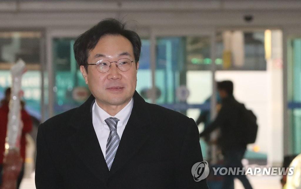 资料图片:11月28日,在仁川国际机场,朝核问题六方会谈韩方团长李度勋准备乘机访美。(韩联社)
