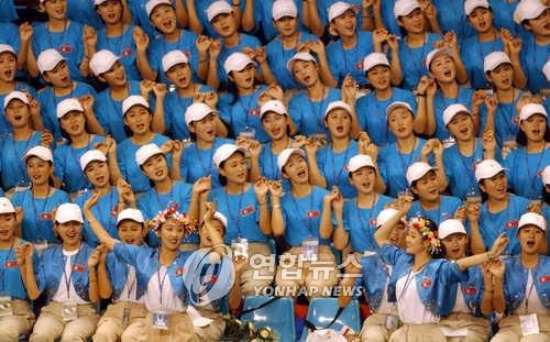资料图片:2003年大邱世界大学生夏季运动大会上朝鲜拉拉队加油的模样(韩联社)