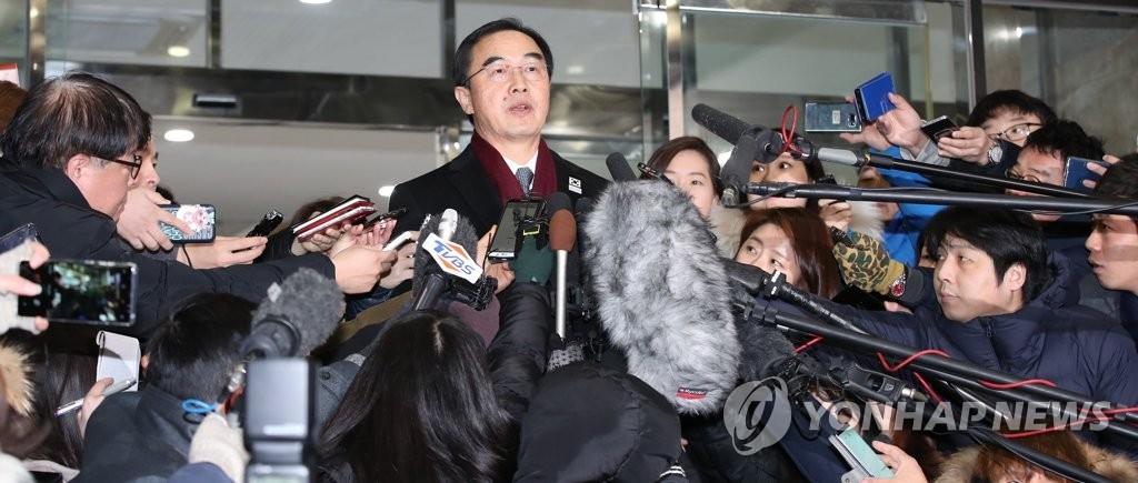 1月9日上午,在首尔南北会谈本部,统一部长官赵明均(居中)回答记者提问。(韩联社)