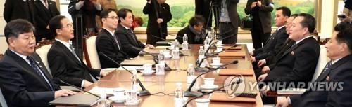 """1月9日,在韩朝边境板门店韩方一侧的""""和平之家"""",韩朝高级别会谈韩方首席代表、统一部长官赵明均(左二)和朝鲜祖国和平统一委员会委员长李善权率领的韩朝代表团举行会谈。(韩联社/联合记者团提供)"""