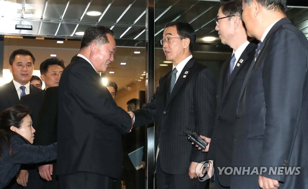 韩方首席代表赵明均和朝方首席代表李善权(左)在会谈结束后握手道别。(韩联社)