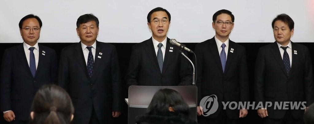 """1月9日,在板门店韩方一侧的""""和平之家"""",韩朝高级别会谈韩方首席代表、统一部长官赵明均(中)在会谈结束后召开新闻发布会。(韩联社)"""