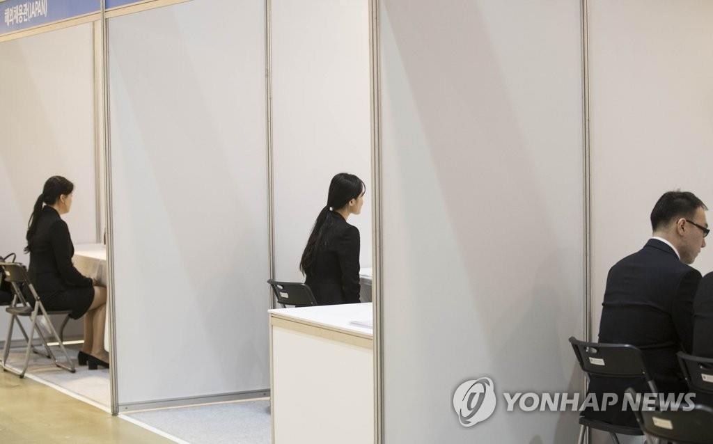 资料图片:2017年12月1日,在首尔三成洞COEX会展中心举行的全球贸易人才招聘会上,参加人员正在进行面试。(韩联社)