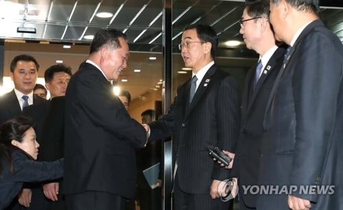1月9日,韩方首席代表赵明均和朝方首席代表李善权(左)在会谈结束后握手道别。(韩联社)