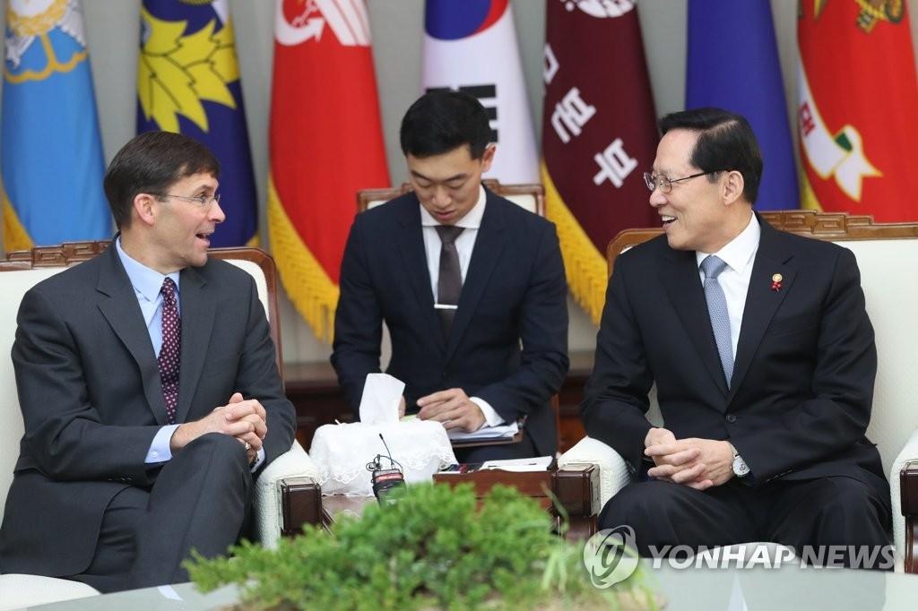 1月10日,在首尔国防部大楼,韩国防长宋永武(右)与美国陆军部长马克∙埃斯佩尔(左)交谈。(韩联社)
