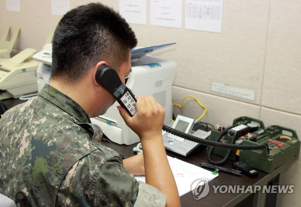 资料图片:韩军人士与朝方通话。(韩联社)