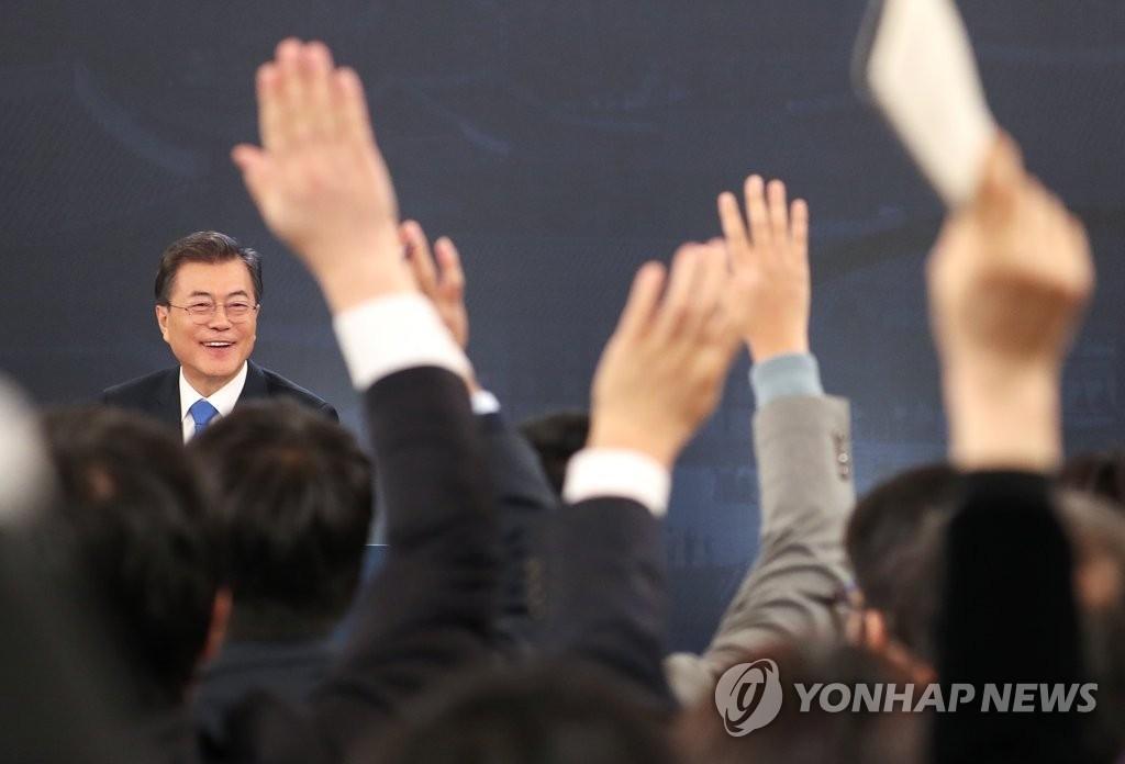 1月10日,在青瓦台,文在寅召开新年记者会现场。图为记者们举手争相提问。(韩联社)