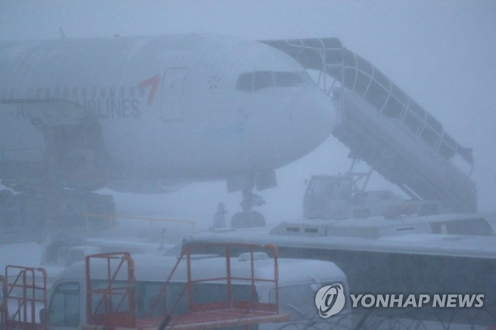 大雪中的济州机场(韩联社)