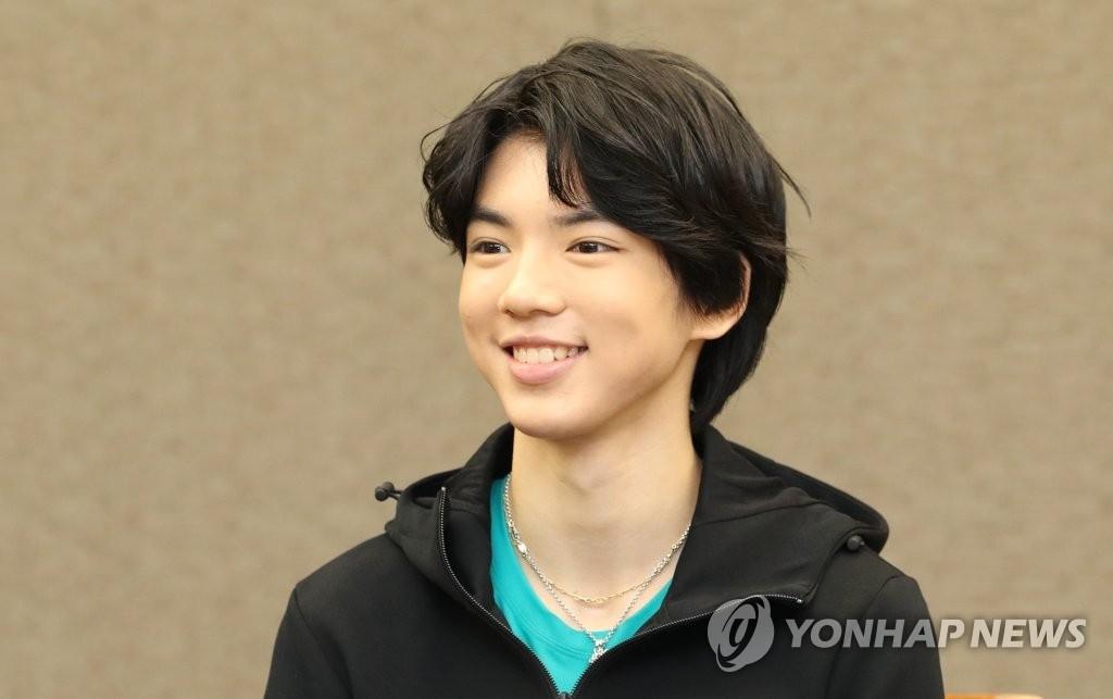 1月11日下午,在首尔韩国新闻中心,花滑男单选手车俊焕出席记者会。(韩联社)
