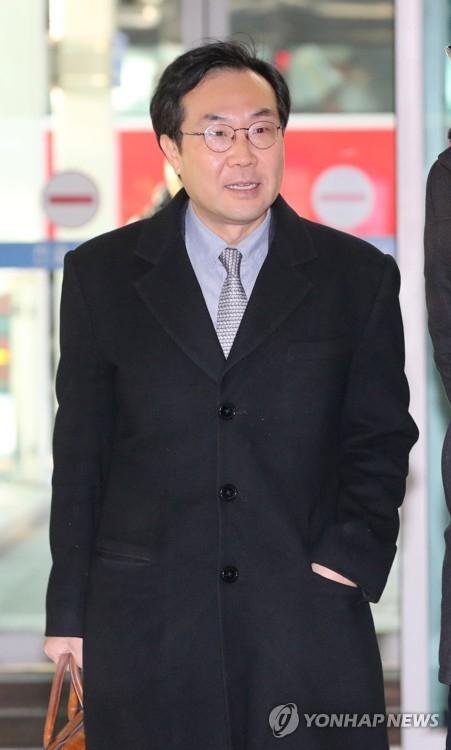 1月10日,在仁川国际机场,韩国外交部负责朝核事务的韩半岛和平交涉本部长李度勋准备乘机访美。(韩联社)