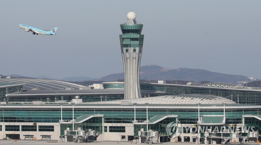 1月12日下午,在仁川国际机场,一架大韩航空客机从第二航站楼起飞。(韩联社)
