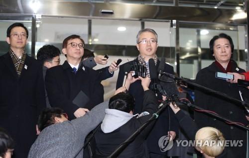 1月15日上午,在首尔市钟路区南北会谈本部,艺术团参奥工作会谈韩方代表团在出发前接受媒体采访。(韩联社)