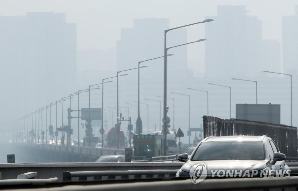 资料图片:1月14日,首尔遭遇雾霾天气,市区笼罩在雾霾之中。(韩联社)